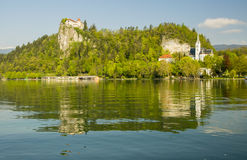 Il lago ha sanguinato con il castello del rocktop e la chiesa di St Martin Immagini Stock Libere da Diritti
