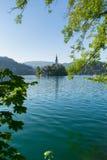 Il lago ha sanguinato con la chiesa della st Marys del presupposto sulla piccola isola Fotografie Stock Libere da Diritti