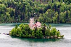 Il lago ha sanguinato con la chiesa della st Marys del presupposto sulla piccola isola B Fotografia Stock Libera da Diritti
