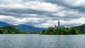 Il lago ha sanguinato con la chiesa della st Marys del presupposto sulla piccola isola B Fotografie Stock Libere da Diritti