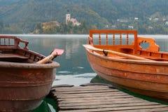 Il lago ha sanguinato e l'isola con la chiesa e barche di legno a aut fotografia stock libera da diritti