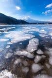 Il lago Kawaguchiko è ghiaccio nell'inverno Fotografie Stock