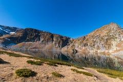 Il lago kidney è uno dei sette laghi Rila Montagna di Rila, Immagine Stock