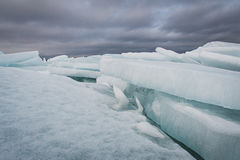 Il lago Ladoga nell'inverno I blocchi di ghiaccio Fotografie Stock Libere da Diritti