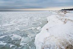 Il lago Ladoga nell'inverno Tutto è coperto di ghiaccio e di neve paesaggio La Russia Immagini Stock Libere da Diritti
