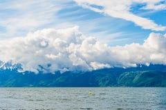 Il lago Lemano con le alpi e le nuvole stupefacenti Fotografia Stock