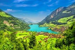 Il lago Lungern con le alpi svizzere e la valle sbalorditiva da Brunig passano, la Svizzera Fotografia Stock Libera da Diritti