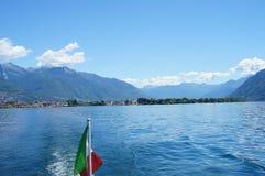 Il lago Maggiore e le montagne svizzere Immagine Stock