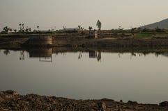Il lago in mezzo ad un deserto gradisce l'area Fotografie Stock Libere da Diritti
