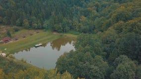 Il lago in mezzo ad una vista della foresta dalla cima Autunno aereo stock footage