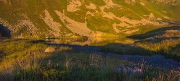 Il lago in montagne un declino Immagini Stock