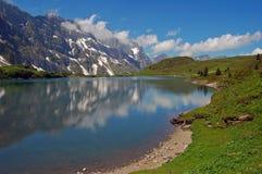 Il lago mountain è alpi svizzere Immagine Stock