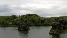 Il lago Myvatn è situato in Islanda, circondata dal paesaggio sbalorditivo archivi video
