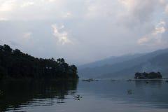 Il lago nella nebbia Fotografia Stock