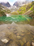 Il lago pittoresco nelle alpi francesi nel massiccio di Blanc della bacca Immagine Stock