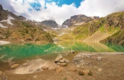 Il lago pittoresco nelle alpi francesi nella bacca Blanc di matrice Immagine Stock
