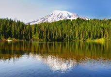 Il lago reflection ed il Mt più piovosi fotografie stock libere da diritti