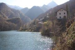 Il lago romantico di Isola Santa in Toscana, nelle montagne delle alpi di Apuan panorama sfuocato con un pezzo di foschia immagini stock