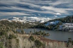 Il lago rosso di sorveglianza si ghiaccia lentamente vicino a Kirkwood Ski Resort immagini stock