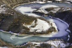 Il lago serpeggiante congelato Zavoj, fotografato dal punto di vista popolare ha chiamato la roccia di Goat immagini stock