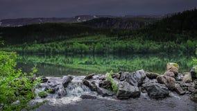 Il lago sfocia in The Creek, Norvegia archivi video