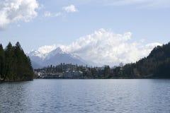 Il lago slovenia ha sanguinato la foresta delle case delle montagne Fotografia Stock