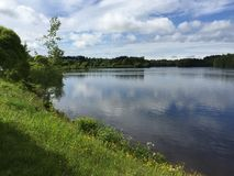 Il lago sotto il cielo Fotografia Stock Libera da Diritti