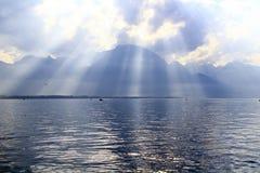 Il lago sotto molte nuvole Fotografia Stock
