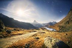 Il lago Stellisee Zarmatt mountain è un punto di riferimento locale e un bello paesaggio luminoso con il picco famoso del Cervino fotografia stock libera da diritti