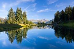 Il lago sulla cima sopra il villaggio alpino di Alpbach, Austria Fotografia Stock