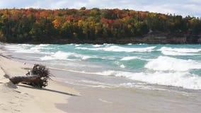 Il lago Superiore ondeggia sulla spiaggia della cappella stock footage