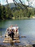 Il lago Synevir nelle montagne carpatiche l'ucraina immagini stock