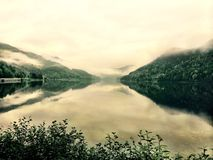 Il lago tranquillo di raduno delle montagne si rilassa ancora calmo Fotografia Stock