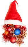 Il lamé della decorazione di natale si rovescia fuori dal cappello di Santa Immagine Stock Libera da Diritti