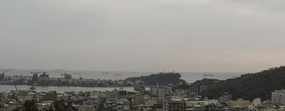 Il landcape dell'isola di Cijin della città di Kaohsiung, Taiwan Con molte costruzioni ed il faro di Cihou nella foto Fotografia Stock