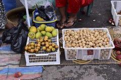 Il lansium domesticum fruttifica nel mercato di tradional fotografia stock