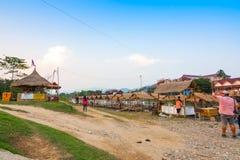 Il Laos - può 5 2016: Il mercato in Vang Vieng sul fiume di canzone del nam Immagine Stock