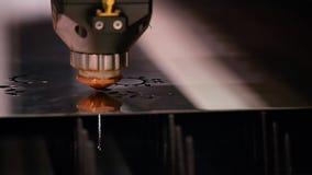Il laser robot ha tagliato il primo piano automatizzato dell'operazione della saldatura video d archivio