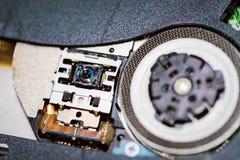 Il laser si dirige verso il CD o il lettore DVD Chiuda su di un lettore DVD che espelle il disco fotografie stock libere da diritti