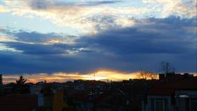 Il lasso di tempo del tramonto variopinto con drammatico si rannuvola la città di Burgas, Bulgaria video d archivio
