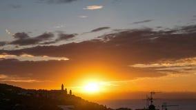 Il lasso di tempo dell'alba, la città storica del mar Mediterraneo, Cervo, Liguria, Italia, si è appollaiato sulle colline davant archivi video