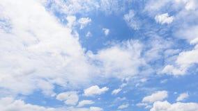 Il lasso di tempo della nuvola bianca scompare nel sole caldo su cielo blu stock footage