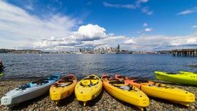 Il lasso di tempo delle nuvole bianche ed il cielo blu sopra l'orizzonte e Alki Beach del centro della città di Seattle in WA ind video d archivio
