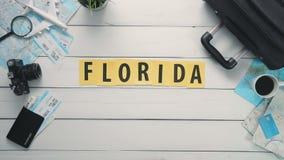 Il lasso di tempo di vista superiore passa mettere sul ` bianco di FLORIDA del ` di parola dello scrittorio decorato con gli ogge video d archivio