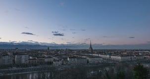 Il lasso di tempo di Torino, il giorno all'intervallo di notte a Torino, Italia, orizzonte con il cielo drammatico sopra le alpi, video d archivio