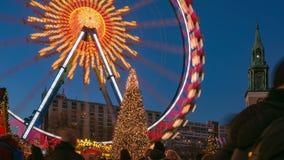 Il lasso di tempo di un albero di Natale e i ferris spingono nel mercato di Natale su Alexanderplatz a Berlino, Germania stock footage