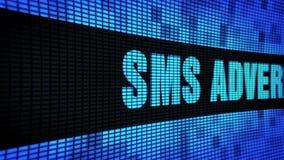 Il lato di pubblicità di SMS manda un sms a fare scorrere il bordo del segno dell'esposizione di pannello della parete del LED archivi video