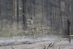 Il lato di vecchia costruzione concreta ha danneggiato dall'oceano Fotografia Stock