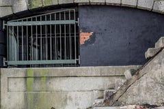 Il lato di vecchia costruzione concreta ha danneggiato dall'oceano Fotografie Stock Libere da Diritti