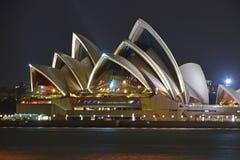 Il lato ha ingrandetto il punto di vista di Sydney Opera House alla notte con la riflessione piacevole Fotografie Stock